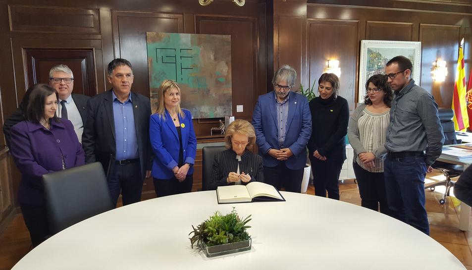Mariàngela Vilallonga signant el llibre d'Honor de la Diputació.
