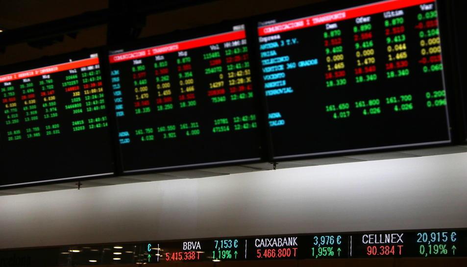 Imatge d'arxiu de pantalles amb les cotitzacions d'accions de l'Ibex 35 a la Borsa de Barcelona.