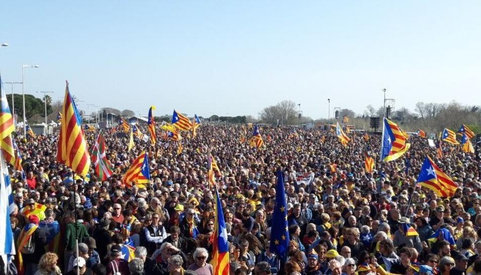Milers de persones omplen el Parc de les Exposicions de Perpinyà en l'acte del Consell per la República