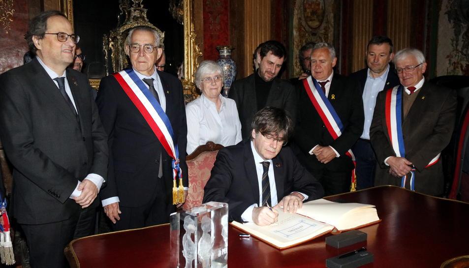 L'expresident de la Generalitat i eurodiputat Carles Puigdemont signant al llibre d'honor de l'Ajuntament.