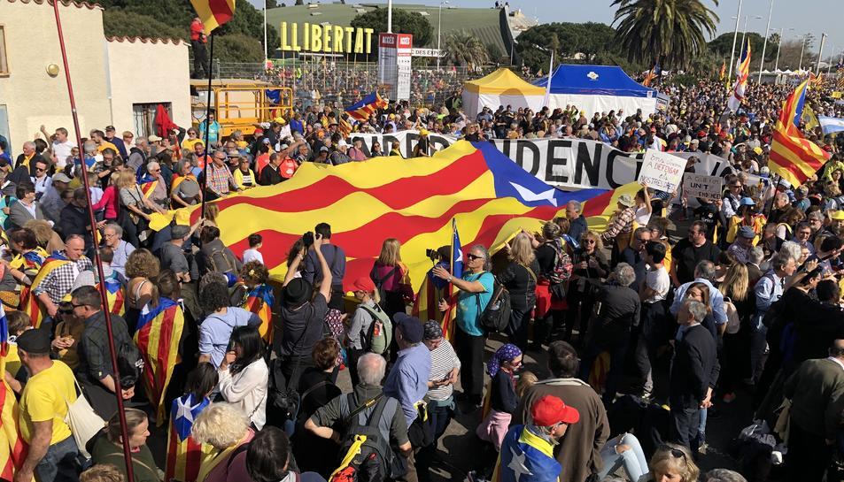 Milers de persones omplen el Parc de les Exposicions de Perpinyà en l'acte del Consell per la República,