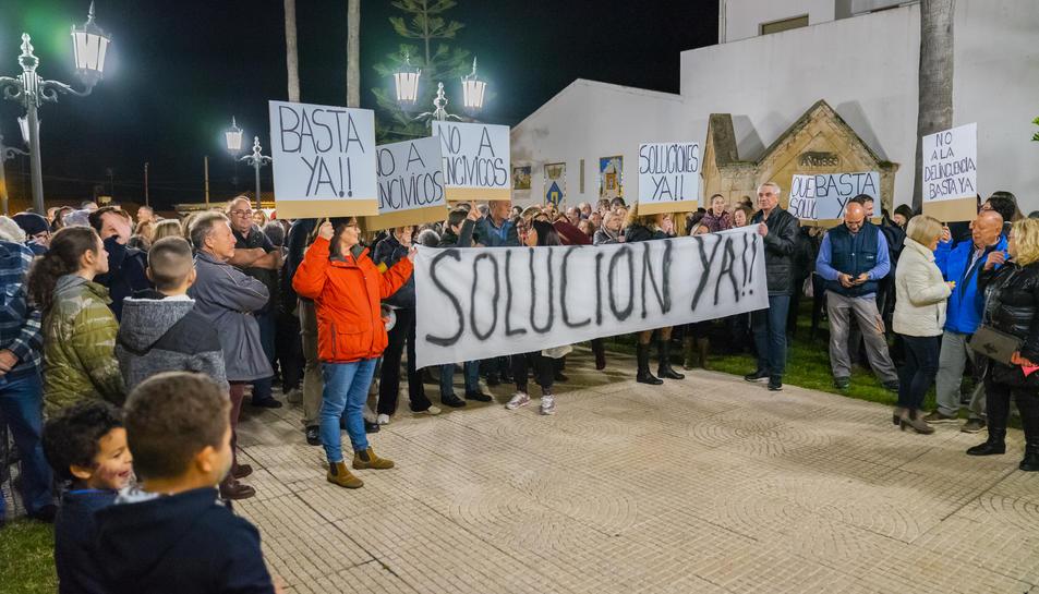 Els veïns de Roda de Berà durant la concentració contra la inseguretat de finals de gener passat