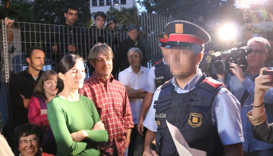 Un agent dels Mossos entra entre els concentrats al'institut Antoni Martí i Franquès de Tarragona