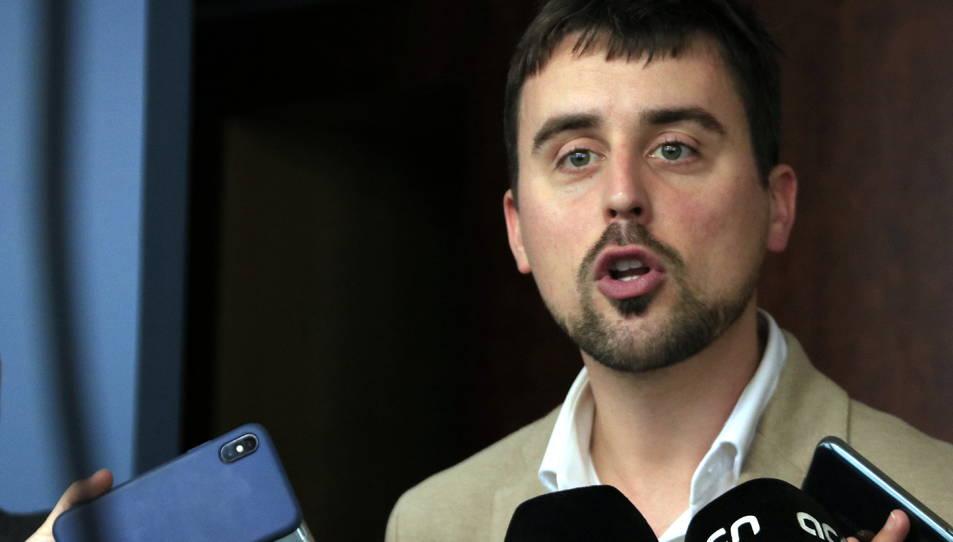 El regidor de Drets de Ciutadania i Participació de Barcelona, Marc Serra, atenent els mitjans de comunicació