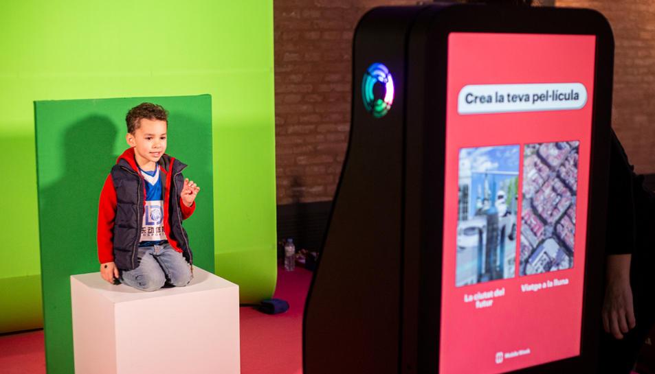Un nen participant en un dels tallers de la Mobile Week Barcelona l'1 de març del 2020