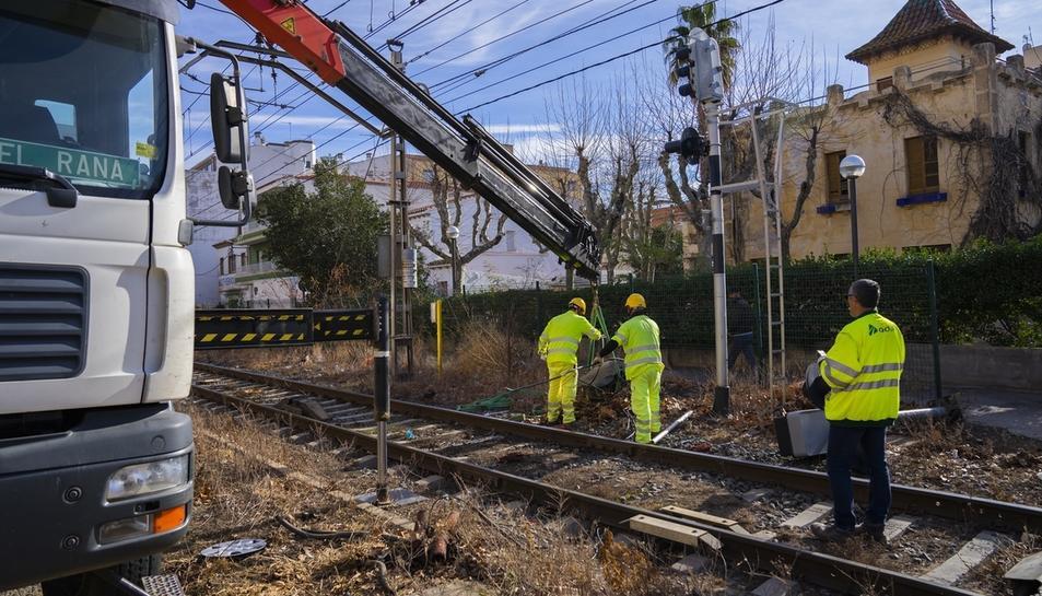 Operaris retirant elements de la via del tren a Salou al gener.