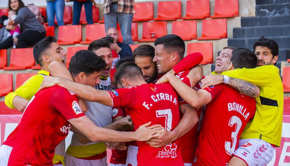 Els jugadors del Nàstic celebren el 2-1 anotat per Rueda