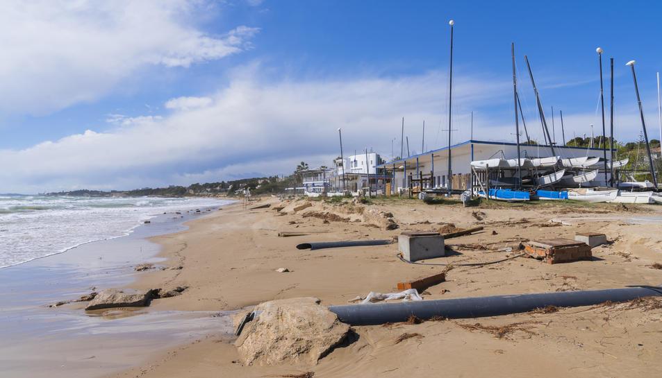 Restes de tota mena a l'arena de la platja Llarga, davant les instal·lacions del Club Marítim.