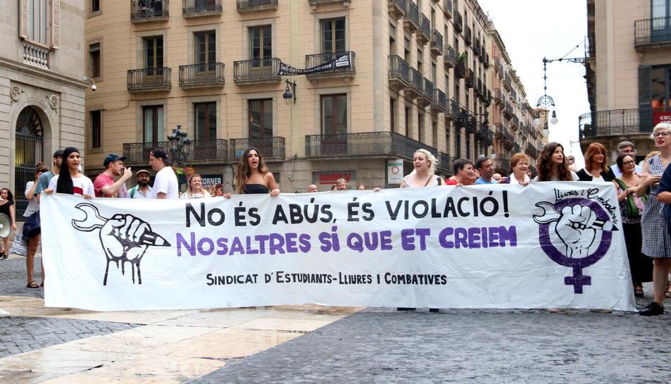 Una pancarta dient que «No és abús, és violació! Nosaltres et creiem», a la plaça Sant Jaume de Barcelona