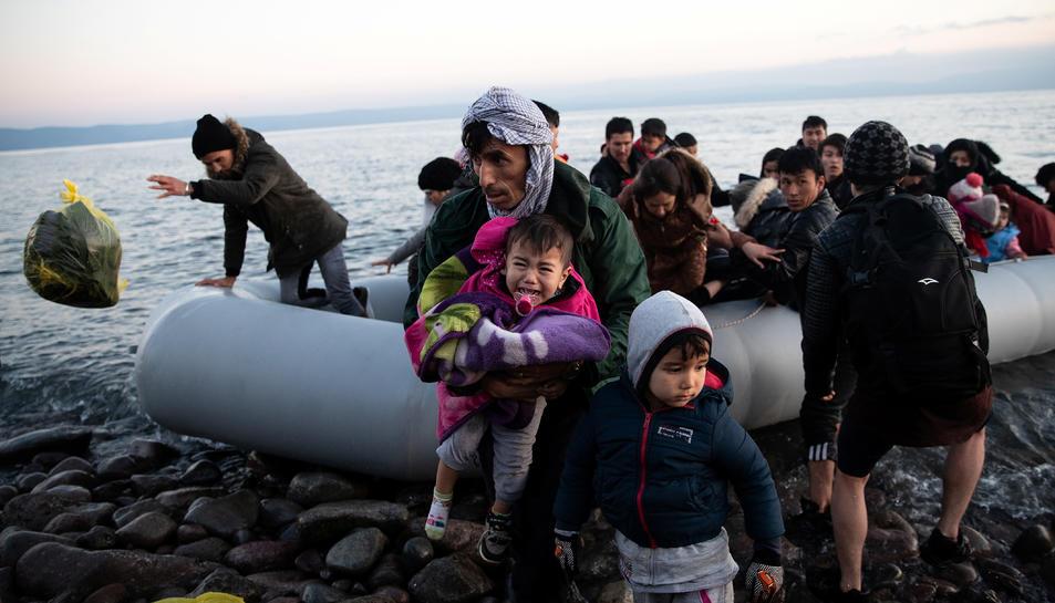 Refugiats i migrants procedents d'Afganistan arriben a l'illa de Lesbos després de creuar part del mar Egeu des de Turquia.