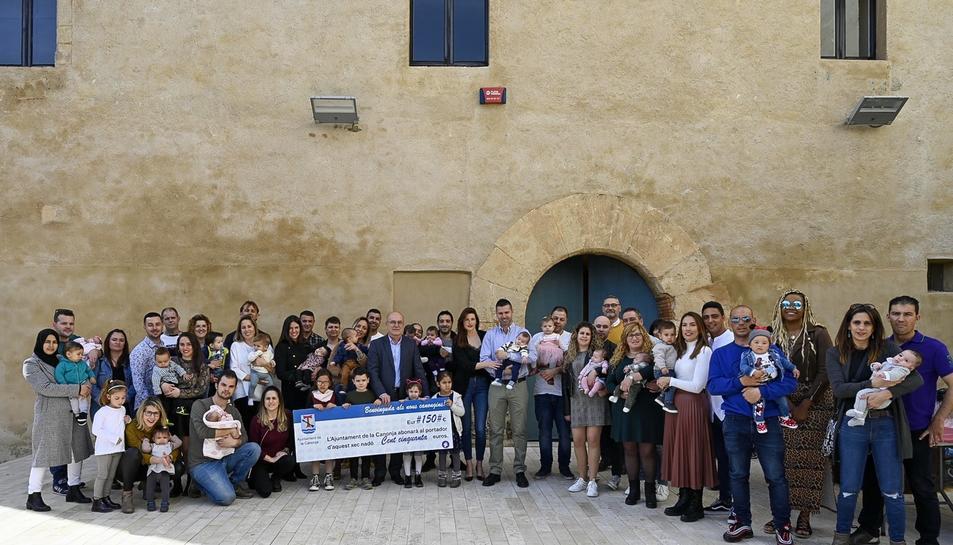 L'alcalde amb totes les famílies i els seus nadons al Pati del Castell.