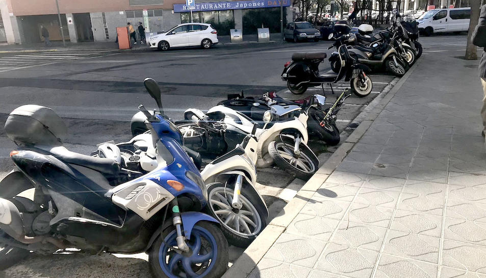 Imatge de motos caigudes a causa del vent al carrer Francesc Bastos.