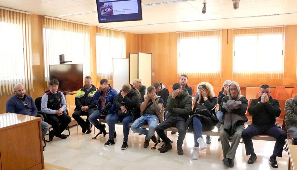Els processats asseguts al banc dels acusats de l'Audiència de Tarragona