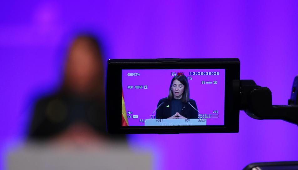 Una càmera grava la portaveu del Govern, Meritxell Budó, en roda de premsa a Palau.