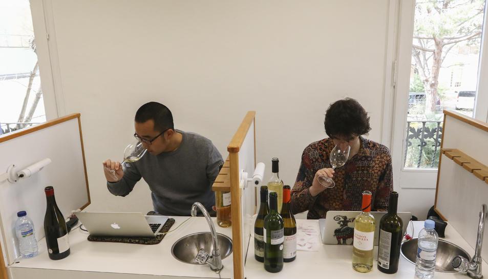 Zhang i Olivas van tastar els vins per a incloure'ls a la guia.