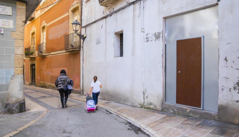 L'accés a l'edifici, recentment tapiat, al carrer Cavallers.