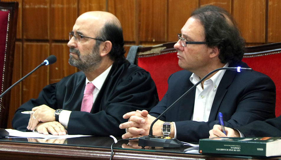 L'exalcalde de Torredembarra Daniel Masagué, al costat del seu advocat, Pau Simarro, durant la vista a l'Audiència de Tarragona