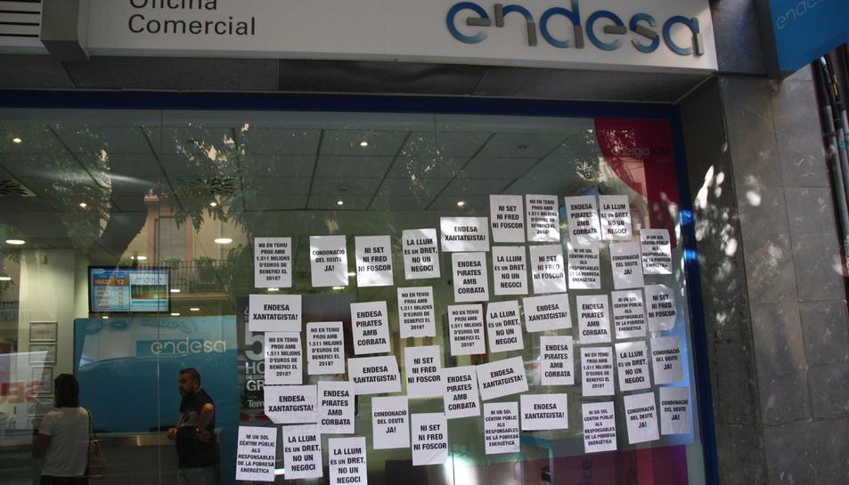 La seu d'Endesa a Tarragona, encartellada, en el marc d'una protesta pel condonament del deute.