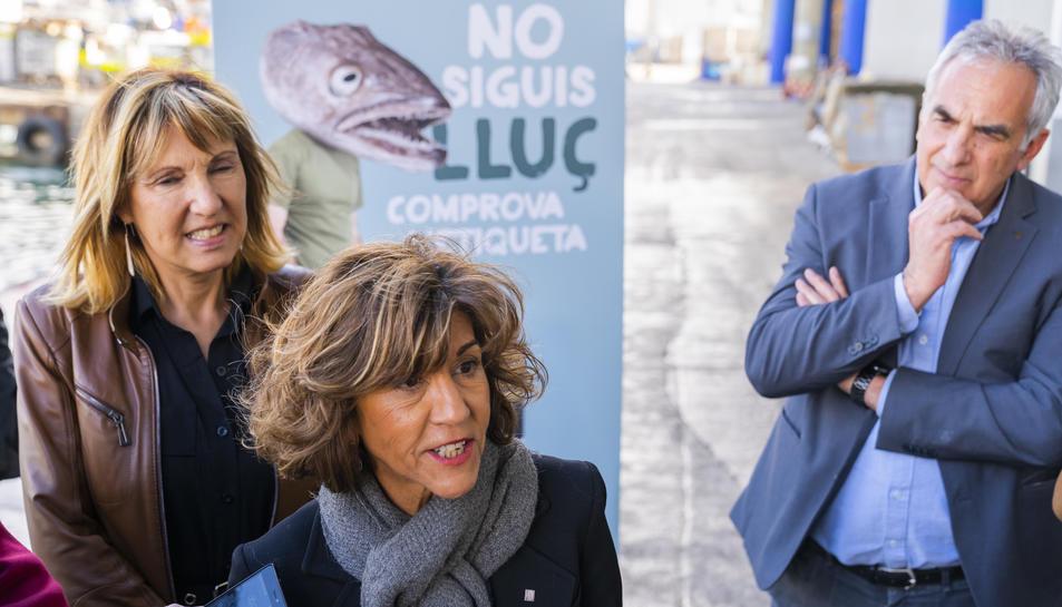 Abad, a l'esquerra, amb un lluç després de la presentació de la campanya del correcte etiquetatge.