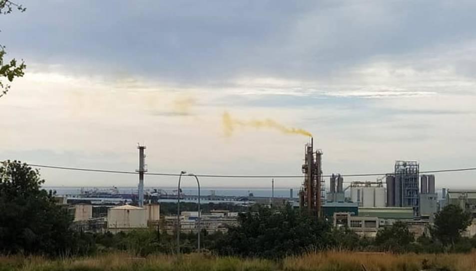 Imatge d'una xemeneia de l'empresa amb el fum groc detectat per alguns veïns.
