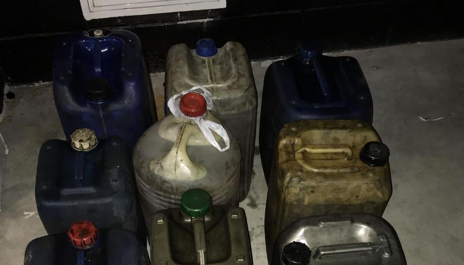 Bidons plens de combustibles trobats a l'interior del semiremolc.