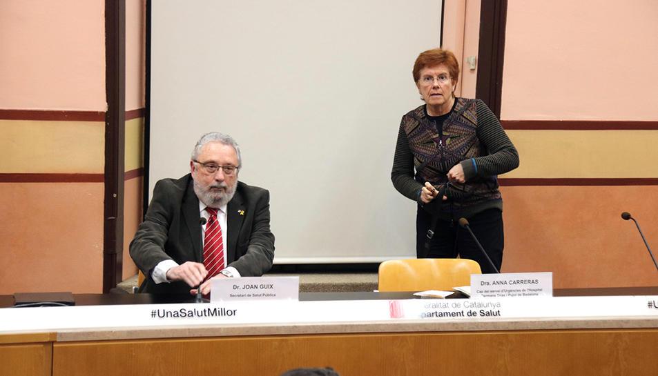 El secretari de Salut Pública, el doctor Joan Guix, i la cap del Servei d'Urgències de l'Hospital Germans Trias i Pujol de Badalona, la doctora Anna Carreras.