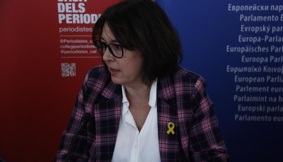 Pla mitjà de la eurodiputada, Diana Riba, en una trobada amb la premsa al Col·legi de Periodistes.
