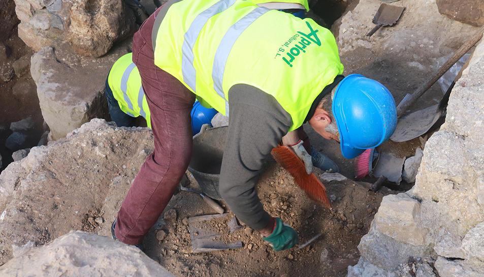 Un dels tècnics que fan l'excavació a l'escena del teatre romà de Tarragona.