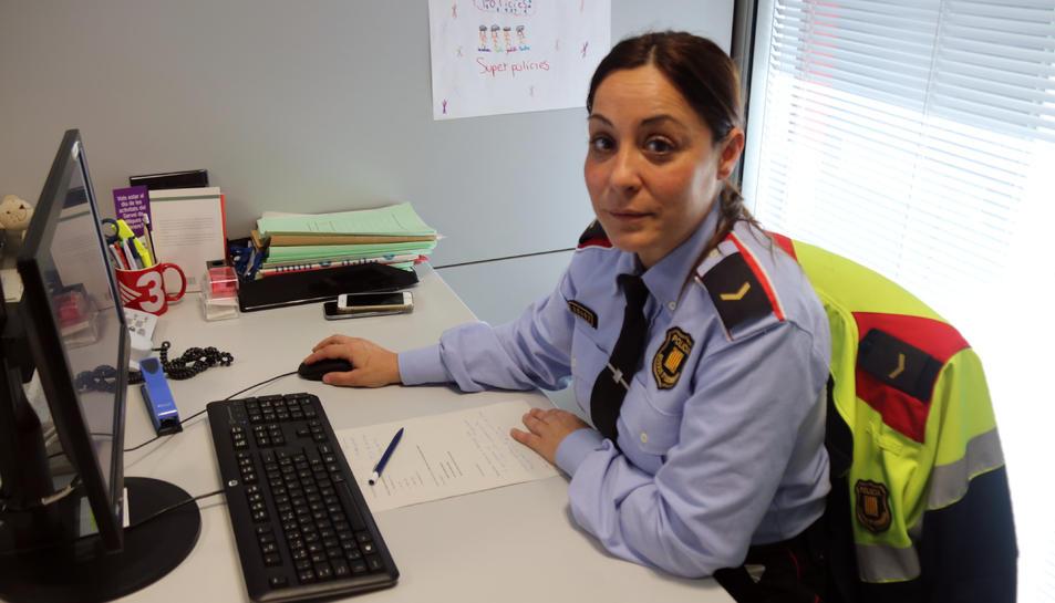 La cap del Grup central d'atenció a la víctima, Andrea Garcia, al seu despatx del Complex Central del cos de Mossos d'Esquadra