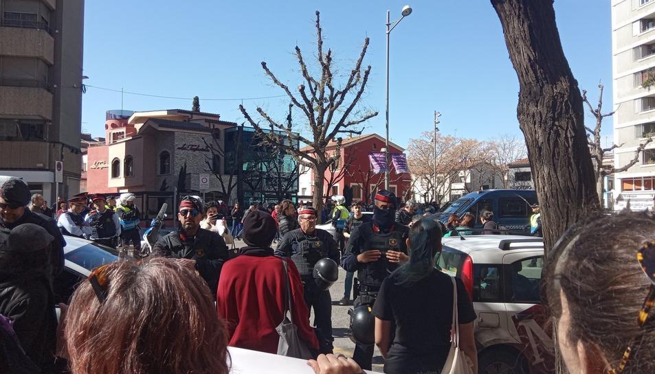 Els manifestants i les autoritats.Els manifestants i les autoritats.
