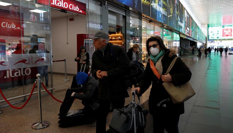 Una dona porta una màscara a l'estació de Roma Termini
