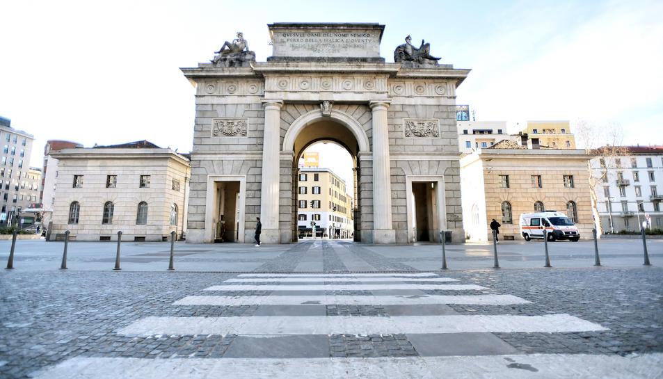 Vista general de la Porta Garibaldi de Milà buida de gent