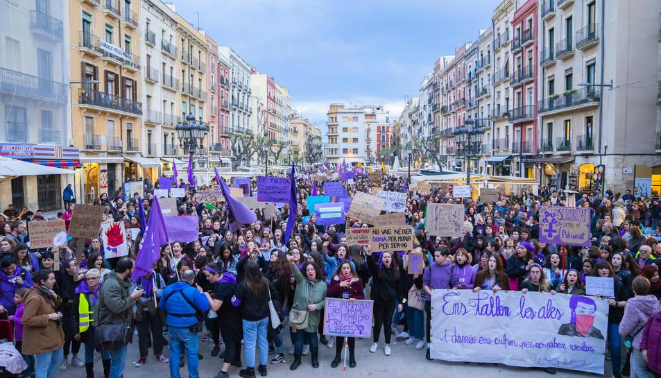 Les pancartes reivindicatives van presidir metres de la mraxa, ocupants només per dones per desig de l'organització