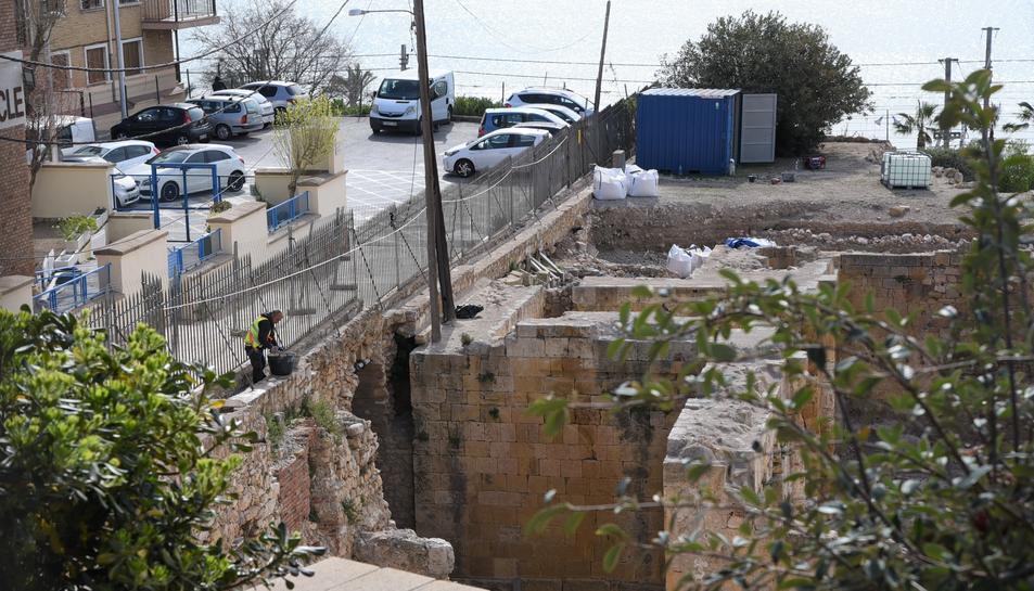 Imatge dels operaris duent a terme les noves actuacions al mur perimetral de l'Amfiteatre romà.