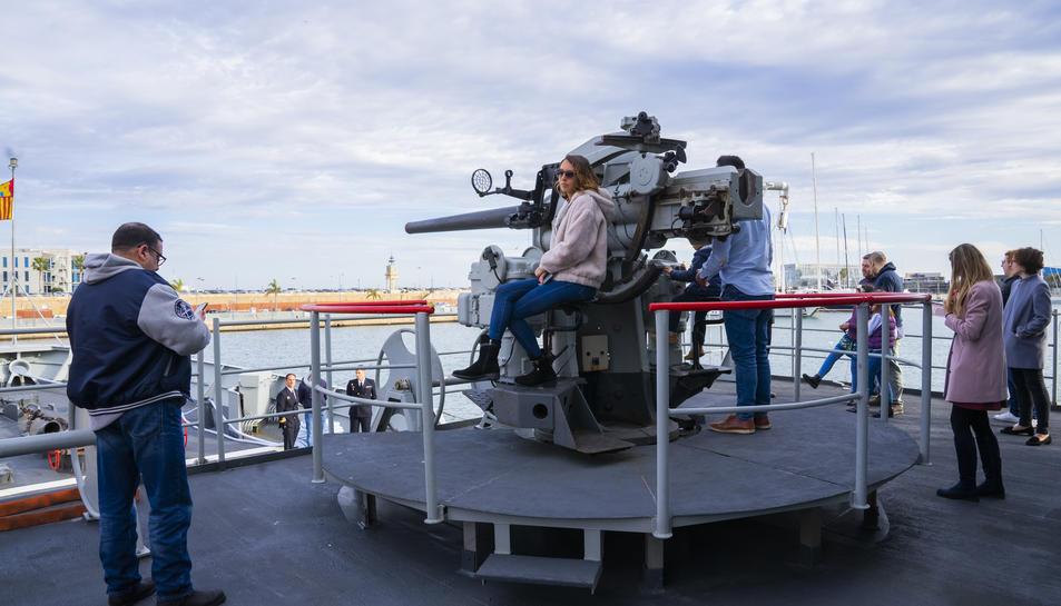 Imatge d'alguns visitants durant el recorregut pel vaixell.
