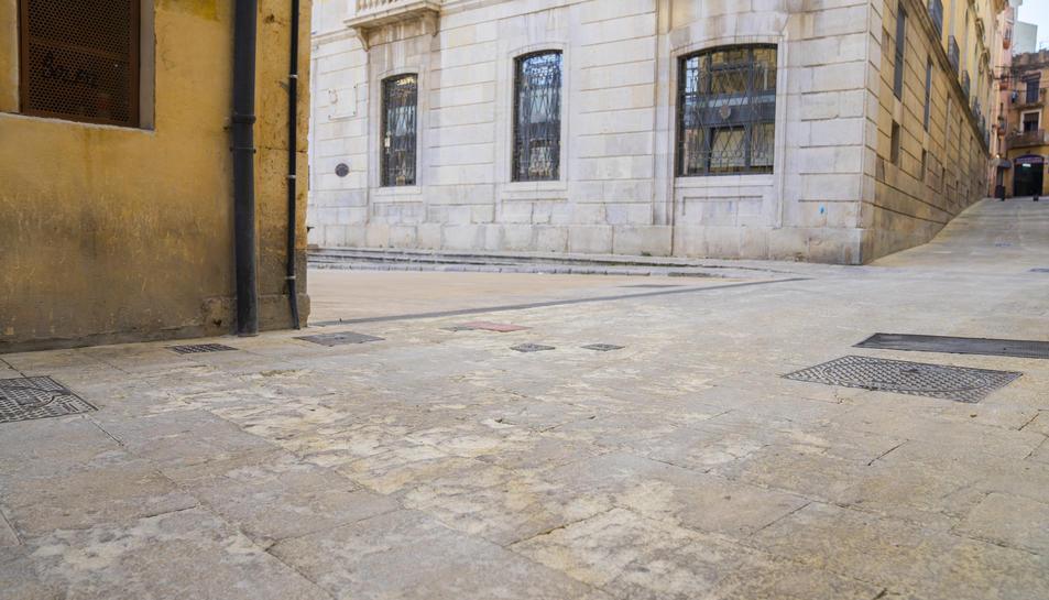 Aspecte que ofereix el paviment del carrer Sant Domènec a l'altura de la plaça de la Font.