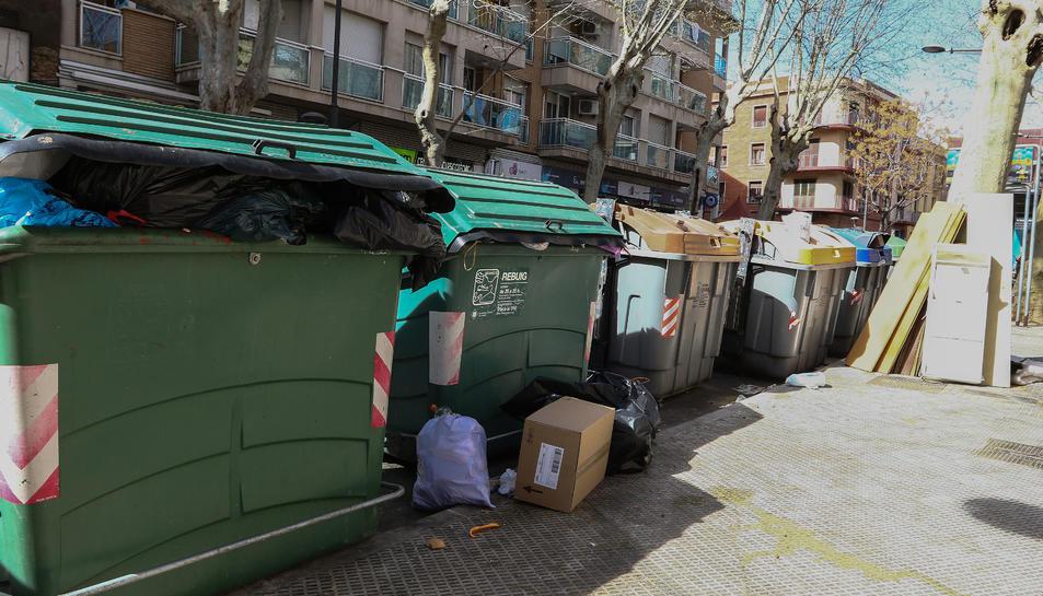 La manca de mitjans operatius va propiciar que s'acumulessin bosses al voltant dels contenidors.