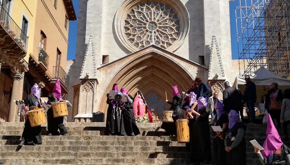 Imatge del pas instal·lat davant la catedral mentre es llegia el manifest.