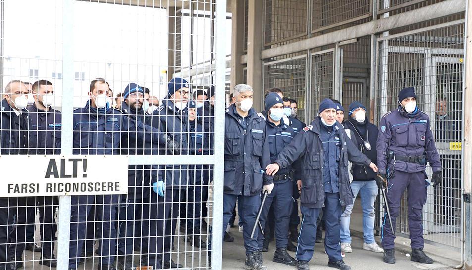 Oficials de presons vigilant una dels accessos al centre penitenciari de Modena