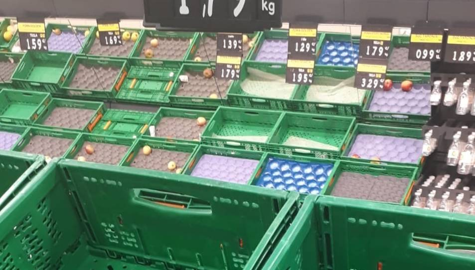 Imatge de la zona de fruita i verdura de Mercadona gairebé buida.