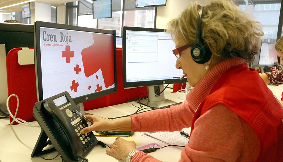 Una voluntària de Creu Roja trucant a un usuari per informar-lo sobre el coronavirus.