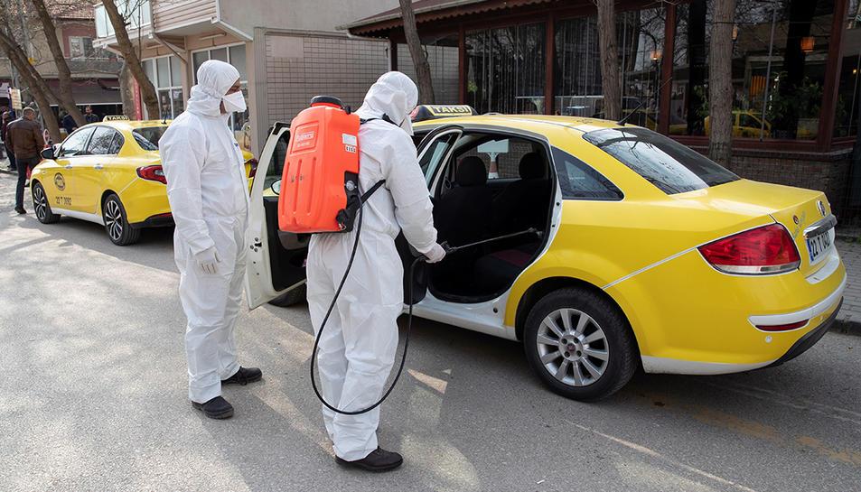 Desinfecció de vehicles a Turquia a causa del coronavirus.