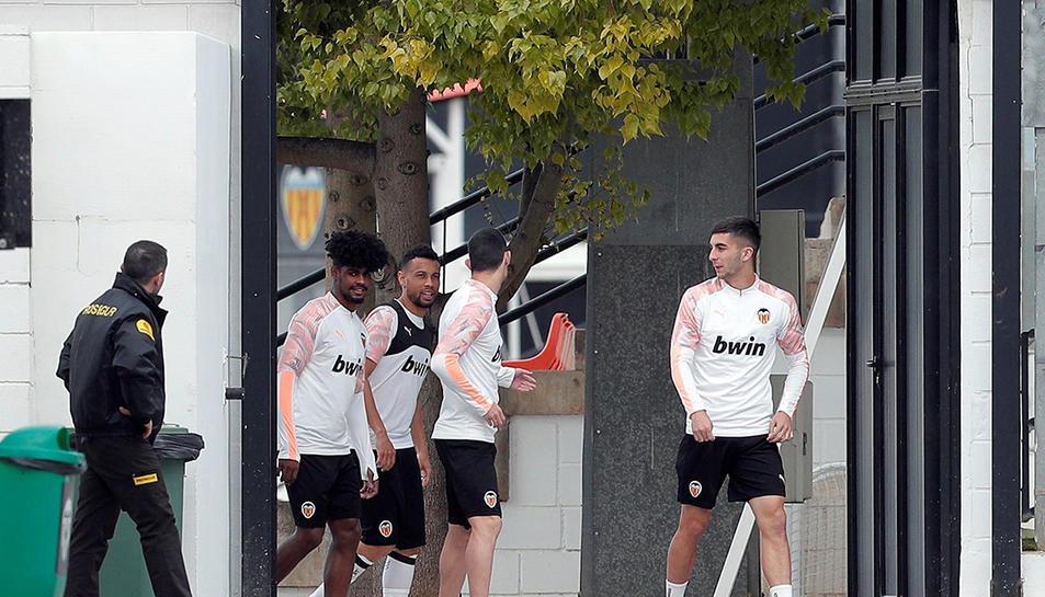Jugadors del València entrenant a porta tancada a causa del coronavirus.
