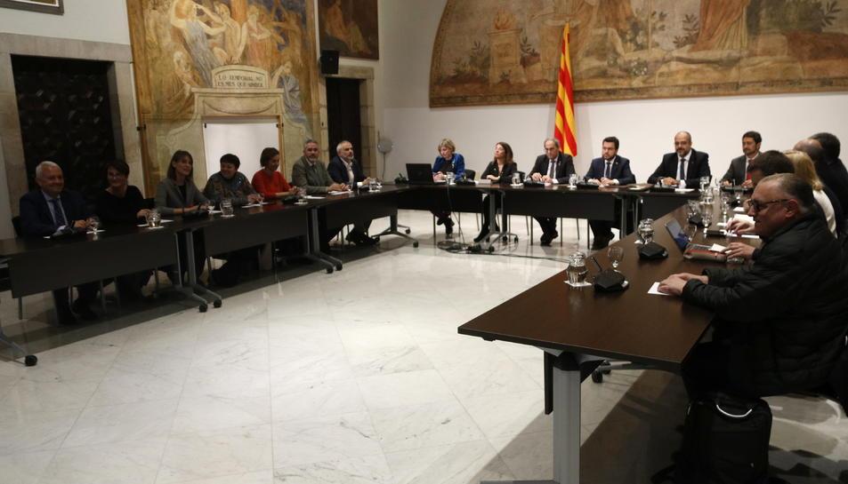 Pla general d'un moment de la reunió entre el Govern i els representants dels grups parlamentaris sobre el coronavirus.