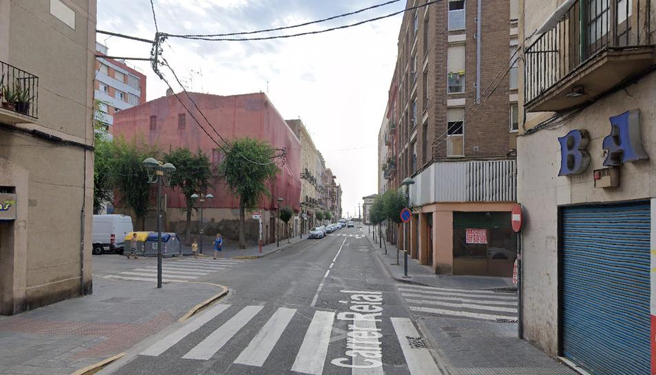 Imatge del carrer Reial, al barri del Port de Tarragona, per on passarà el col·lector d'aigües que pretén acabar amb les inundacions.