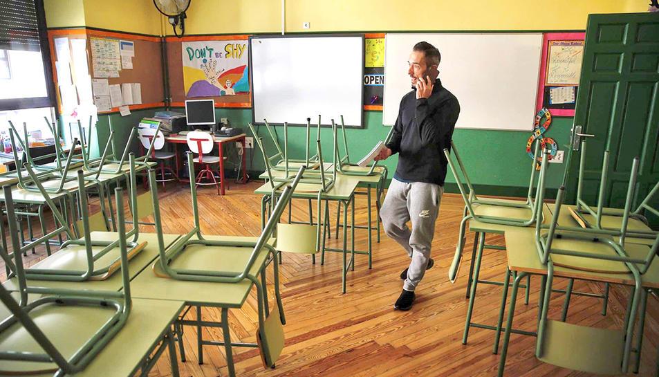 Imatge d'una aula buida de nens a una escola de la comunitat de Madrid.