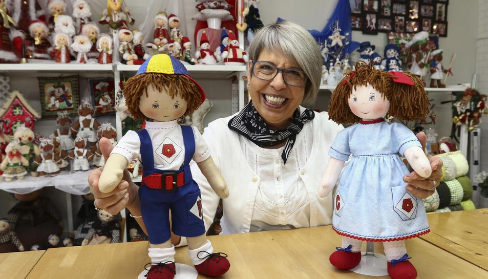 Isabel Marsal amb els dos ninos que ha dissenyat i confeccionat al seu estudi de Reus.