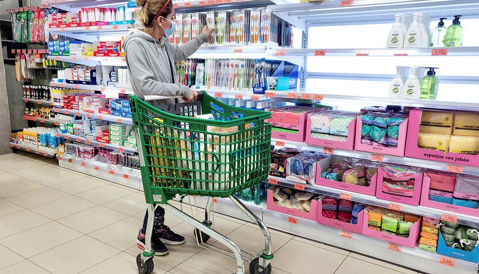 Una clienta amb mascareta a un supermercat a Madrid.
