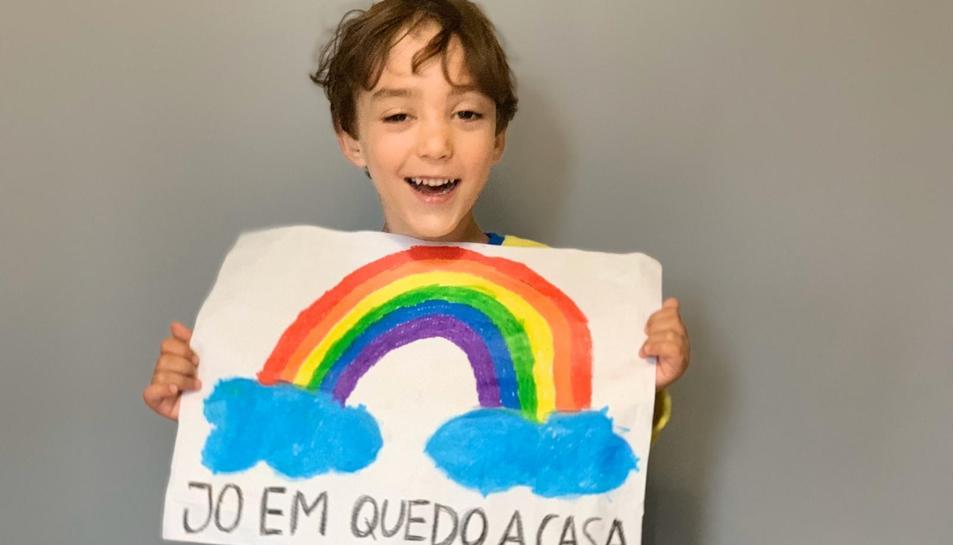 Imatge de l'Àlvaro, un nen de Tarragona que ha pintat el seu arc de Sant Martí aquest matí.