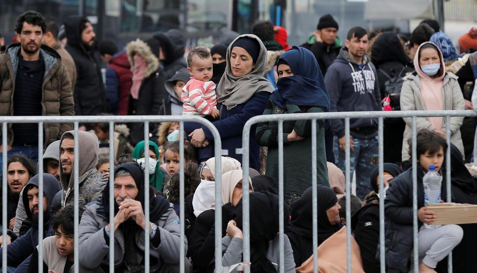 Refugiats i migrants al port de Mytilene, a l'illa de Lesbos, Grècia, el 4 de març
